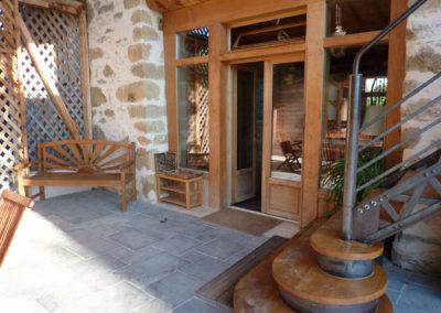 L'accueil couvert à Manaska et l'espace de repas