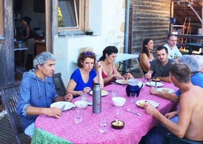 Repas cuisinés sur place et partagés entre stagiaire sur la terrasse extérieure