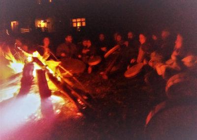 Cercle de tambour autour du feu pour fêter l'equinoxe et le solstice à Manaska Montbrun-Bocage