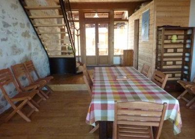 La cuisine pour préparer les repas et manger à l'intérieur
