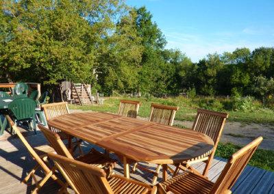 La terrasse extérieure qui accueille les repas des stagiaires les jours ensoleillés
