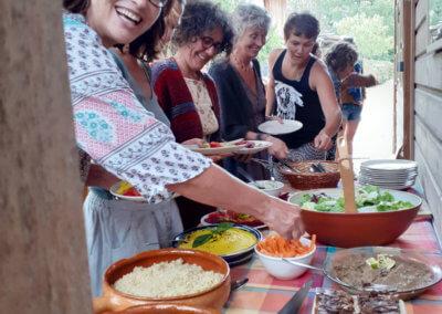 Lors des stages et retraites à Manaska les repas sont végétariens bio et réalisés sur place