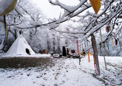 Tipi sous la neige à Manaska