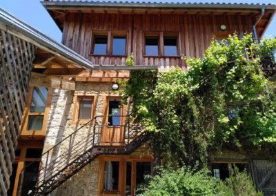 A Manaska, l'accès à la salle et aux chambres.